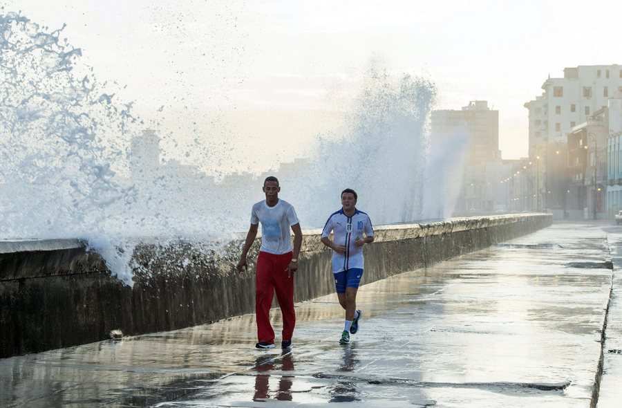 epa05000511 Italian Prime Minister Matteo Renzi (R) runs during his jogging activity, a moment of relaxation in Havana, Cuba, 28 October 2015. Renzi is on an official visit to the caribbean island.  EPA/TIBERIO BARCHIELLI / PALAZZO CHIGI / HANDOUT  HANDOUT EDITORIAL USE ONLY/NO SALES/NO ARCHIVES