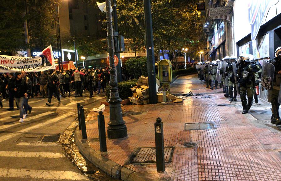 Διαδηλωτές κρατούν πανό και φωνάζουν συνθήματα ενώ άντρες των ΜΑΤ περπατούν παράλληλα στο πεζοδρόμιο, κατά τη διάρκεια πορείας στη μνήμη του Αλέξη Γρηγορόπουλου, στο κέντρο της Αθήνας, Κυριακή 6 Δεκεμβρίου 2015. Επτά χρόνια συμπληρώνονται σήμερα από τη δολοφονία του Αλέξη Γρηγορόπουλου στα Εξάρχεια από αστυνομικό και για τον σκοπό αυτό διοργανώνονται πλήθος εκδηλώσεων και συγκεντρώσεων σε πολλές πόλεις της χώρας. ΑΠΕ-ΜΠΕ/ΑΠΕ-ΜΠΕ/Παντελής Σαΐτας