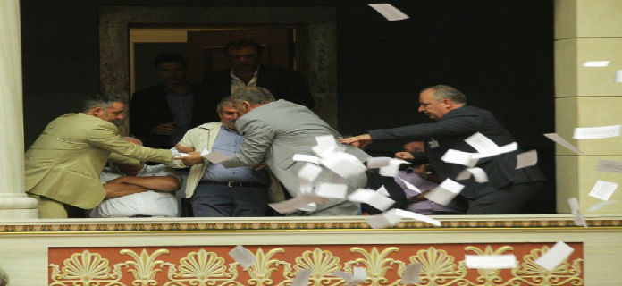 Χαμός στη βουλή από πρώην βουλευτές του ΣΥΡΙΖΑ: «Ιδιωτικοποιήστε και τη μάνα σας»