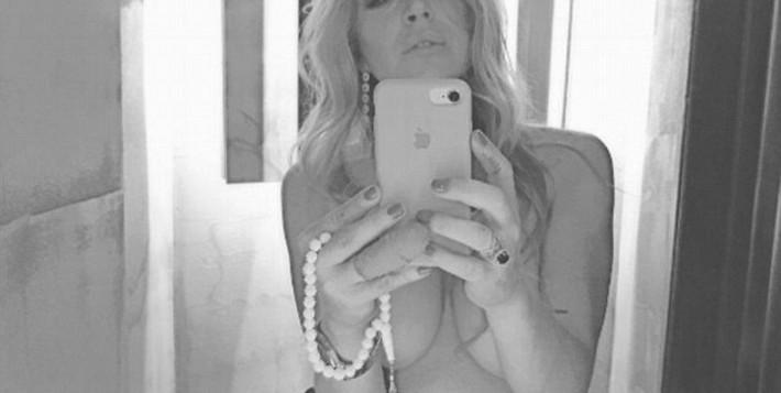 Η Λίντσεϊ Λόχαν topless γιορτάζει το opening του νέου κλαμπ «Lohan» στο Γκάζι – Ποιος είναι ο ιδιοκτήτης που είναι ερωτευμένη η σταρ