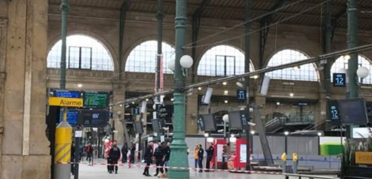 Συναγερμός στο Παρίσι: Άντρας απείλησε με μαχαίρι αστυνομικό