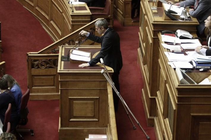 Με πατερίτσες στη Βουλή ο Κώστας Καραγκούνης - Που χτύπησε..